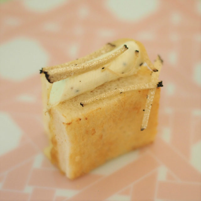 フィンガー・ブリートリュフ入りのマスカルポーネとブリーチーズのトーストサンド。ラデュレのリンゴのコンポートも入っています。