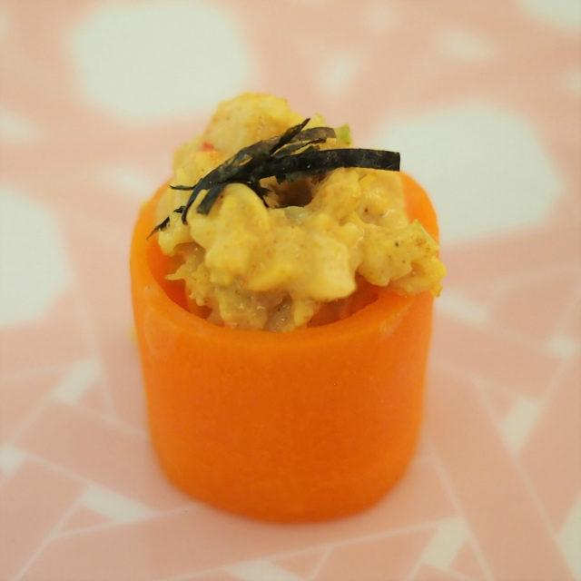 キャロット・キングクラブレムラードソースのセロリを添えた人参に、マヨネーズとカレー風味のタラバガニが入っています。