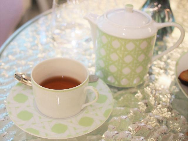 ティーポットとカップ&ソーサーもカフェ ディオール by ラデュレオリジナル。色はペパーミントグリーンのみだそうです。ピンクもあったらよかったのに!