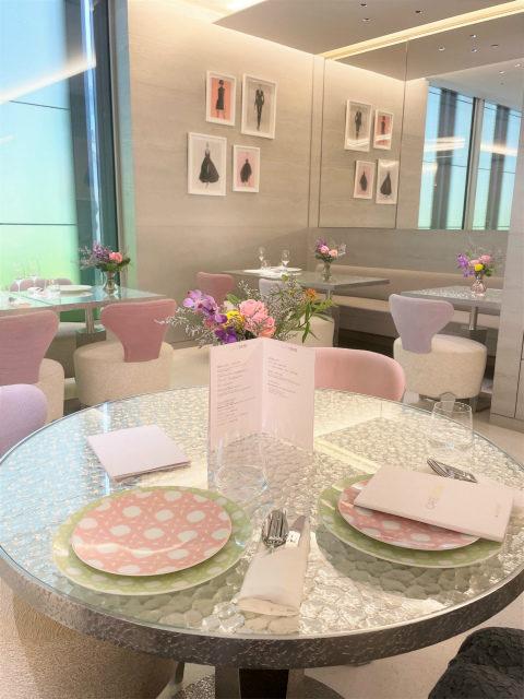 """テーブルウェアはカフェ ディオール by ラデュレだけのために作られたもの。ディオールを代表するモチーフ""""カナージュ""""をラデュレらしいパステルカラーでデザインされています。"""