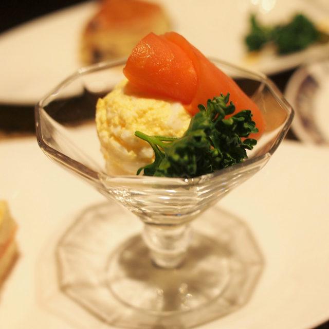 本日の前菜この日はサーモンと卵のグラスサンドウィッチ。