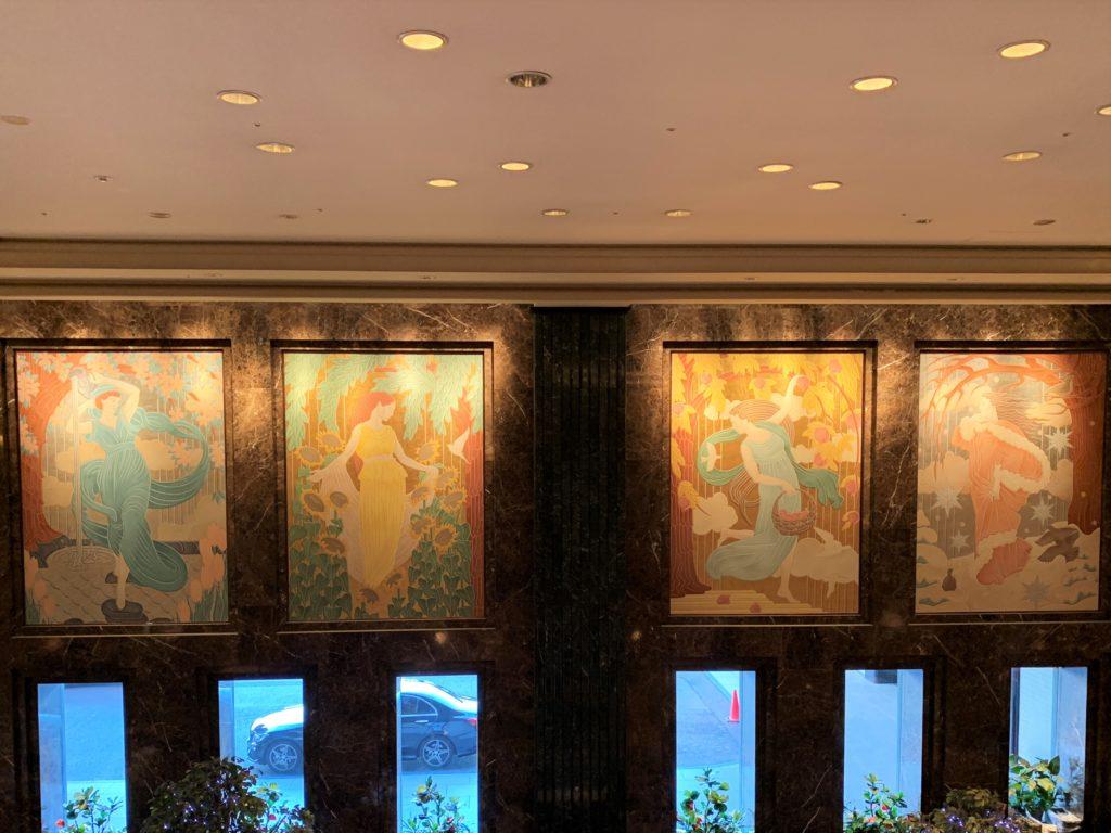 窓の上には四季を表す4枚の大壁画