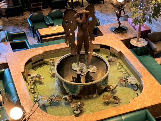ラウンジの中央には、なんと噴水があります!立っているのは妖精のオブジェ。
