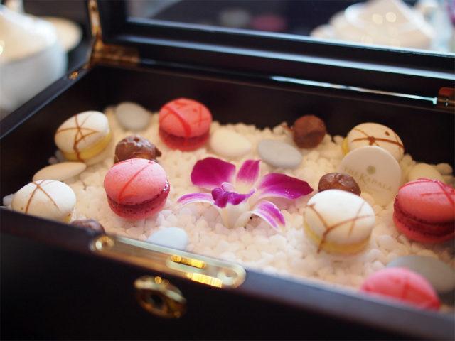 お菓子の宝石箱の上段