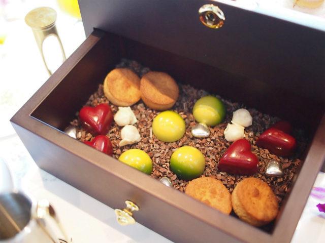お菓子の宝石箱の下段