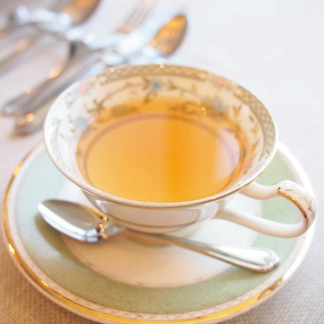 レモンメレンゲグリーンルイボスにオレンジピール、ローズペタル、矢車菊などを加えたお茶