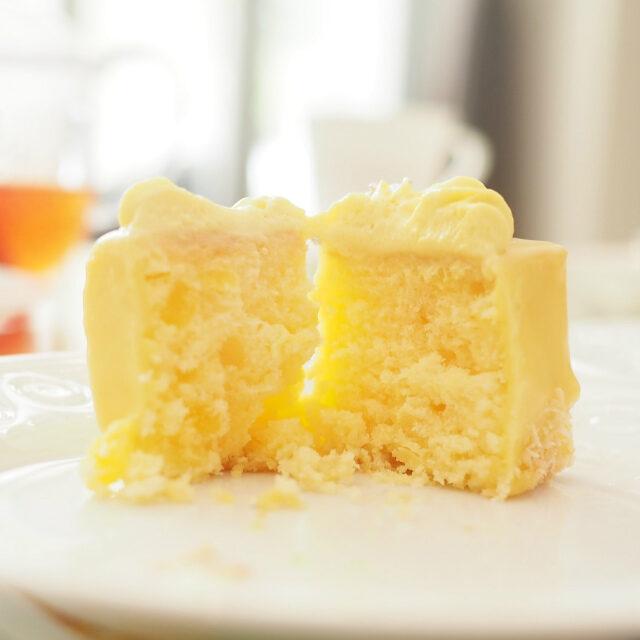 マンゴーとココナッツのバタフライケーキの断面。マンゴーが入っているの見えますか?