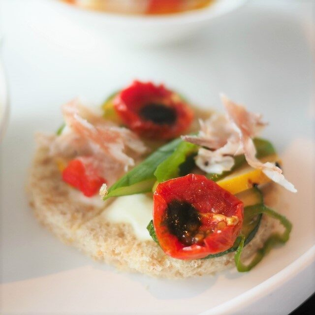 ミラノサラミと夏野菜のオープンサンドイッチ、パルミジャーノと紫蘇の香り
