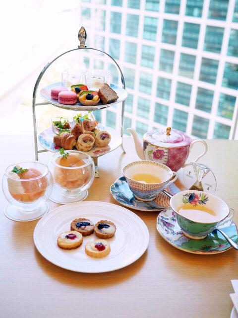 ザ ロイヤルパークホテル アイコニック 東京汐留「ハーモニー」のピーチアフタヌーンティー2人分のティースタンド。この他アイスも付きます。
