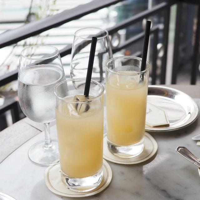 グレープフルーツジュースラデュレのアフタヌーンティーはジュースから始まります。この日はオレンジジュースかグレープフルーツジュースでした。