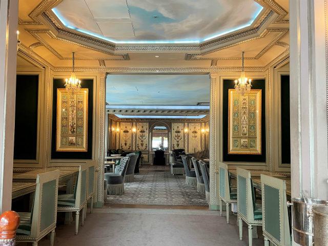 ラデュレ銀座店はエレガントで素敵な内装です。