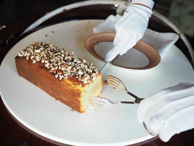 パウンドケーキはお席の側でカットしてくれました!