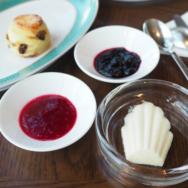 スコーンのスプレッドはクロテッドクリーム、ラズベリージャム、ブルーベリージャム