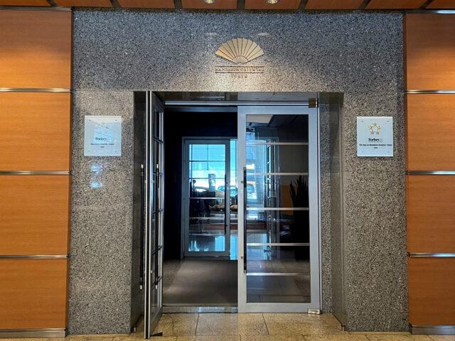 マンダリンオリエンタル東京のエントランス。この奥の左側にあるエレベーターで38Fに向かいます。