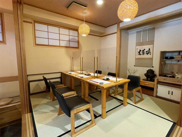 店内にはカウンター席、テーブル席の他、小上がりのお座敷もあります。
