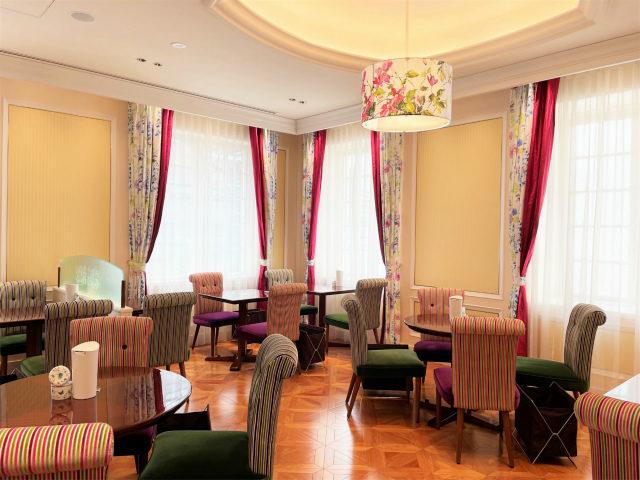 イギリス製の椅子やカーテンがとってもカラフルで可愛らしいです♪