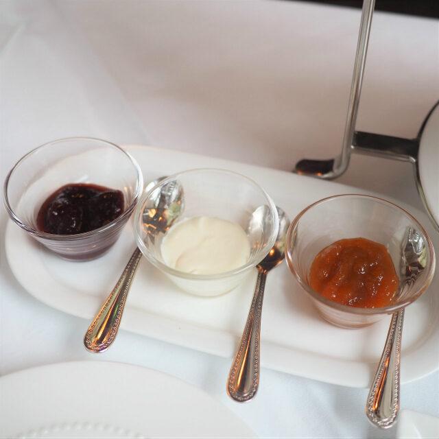 スプレッドはクロテットクリーム、ストロベリージャム、アプリコットジャムの3種類です。