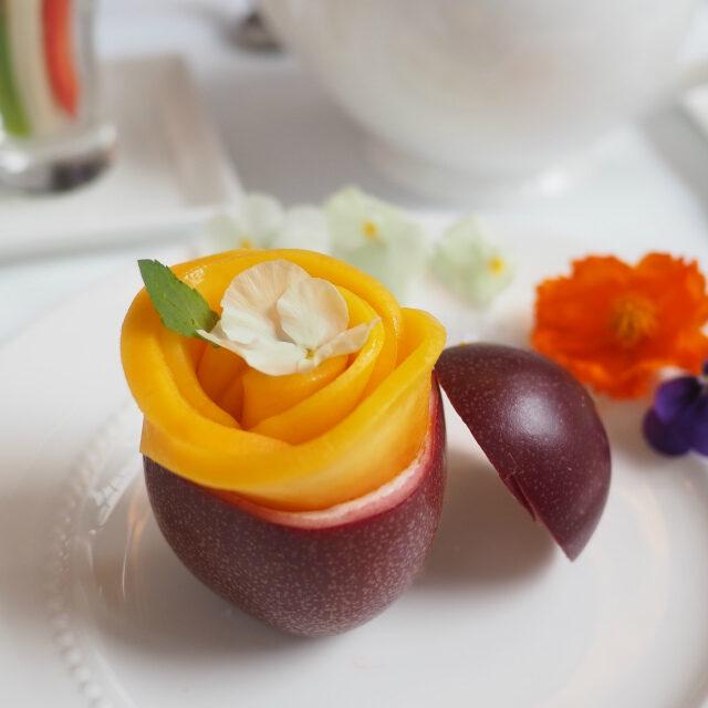 マンゴーとパッションフルーツのプリン薔薇をかたどったフレッシュマンゴーが乗っています!!!