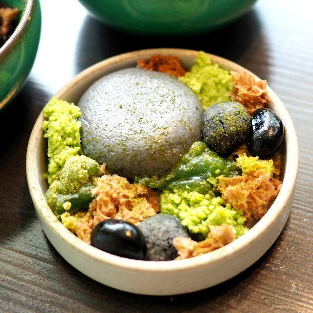 枯山水大きな石は黒ごまのムース、その他、抹茶わらび餅、ずんだ餅、黒豆などが入っています。