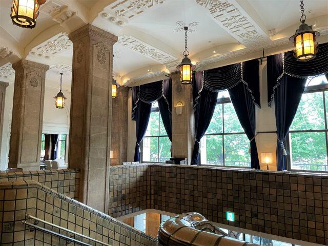 大好きな本館のロビーは大階段の上、この広い空間すべてが「ザ・ロビー」!