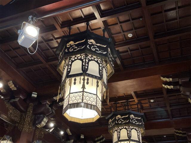 照明はシャンデリアでなく和風な感じ、お城や御殿の雰囲気ですね!