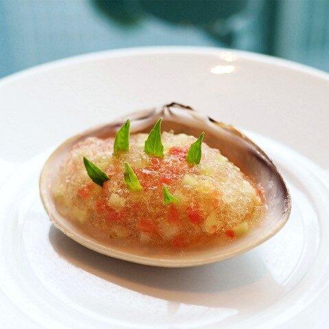 ハマグリのピクルス フルーツトマト ハマグリの貝殻を器にした、フルーツトマトのジュレ