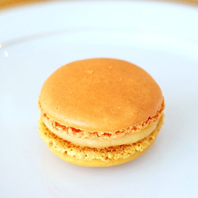 マカロン ジャルダン ド ラトラス レモンとオレンジフラワー風味のクリームにハチミツを加えたマカロン。ピエ(マカロンの足)がとってもキレイ!