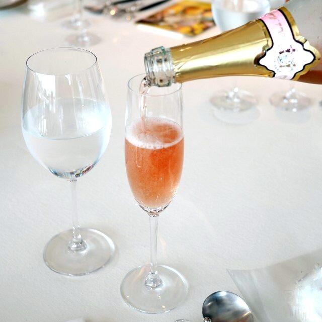 デュク・ドゥ・モンターニュ ロゼは一度スパークリングワインとして作ったものから、アルコールを除くから、ノンアルコールでもアルコール飲料のような香りとコクがあります。