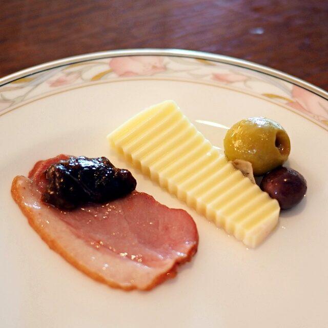 アミューズ3種スモークした鴨胸肉とプルーン、チーズ、オリーブ