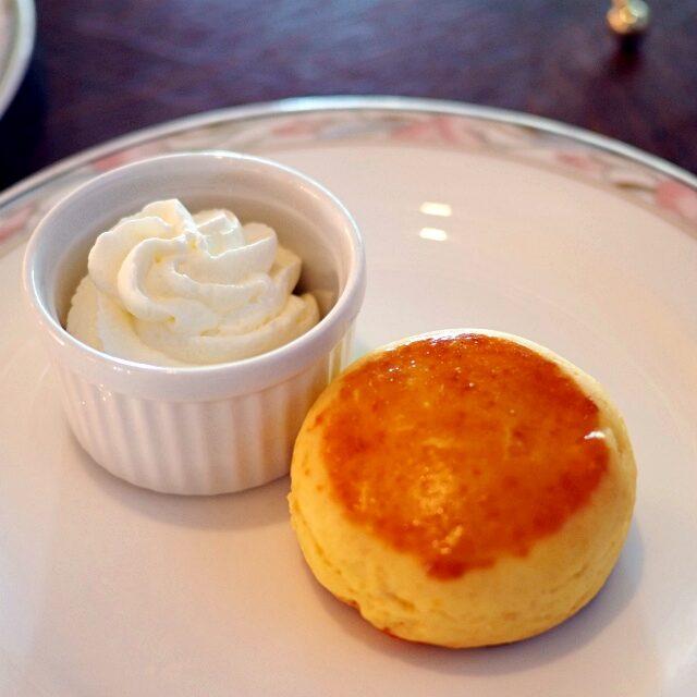 マンゴーのスコーン添えてあるのはホイップクリーム