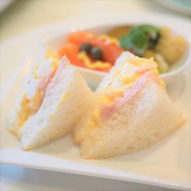 無塩せきロースハムとエッグのサンドウィッチ
