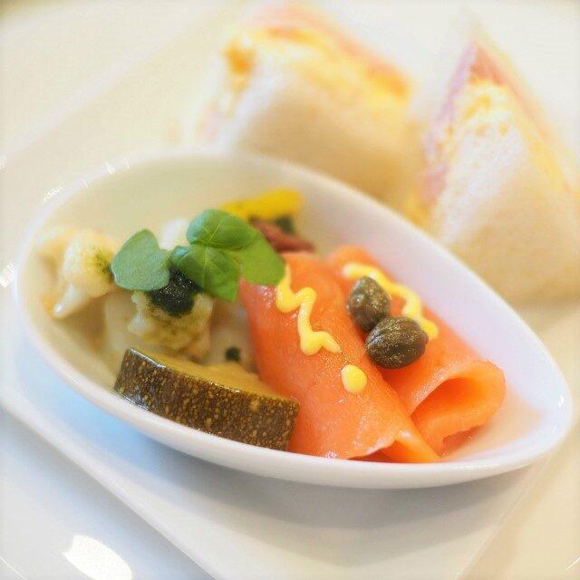 小烏賊のマリネ バジルタプナード風味とスモークサーモンと季節野菜のギリシャ風マリネ