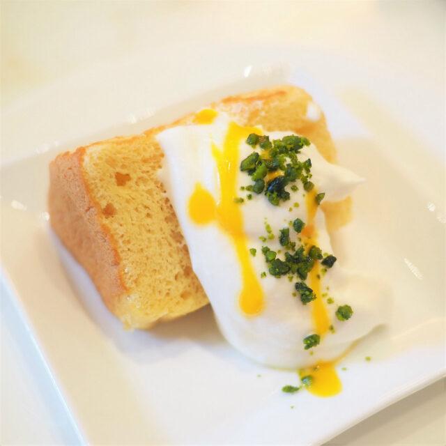 シフォンケーキ生クリームとマンゴーのソースがかかってます。
