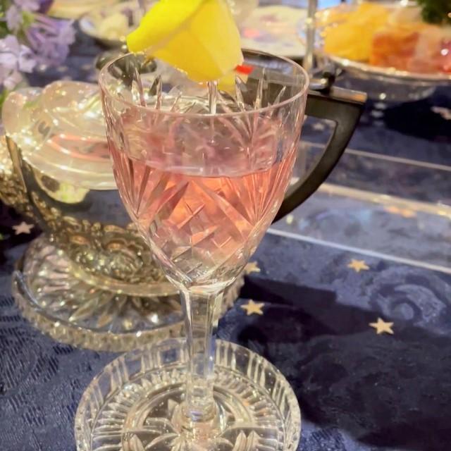 マロウは色が変わるハーブティー レモンを入れると紫色からピンクに変わりました!