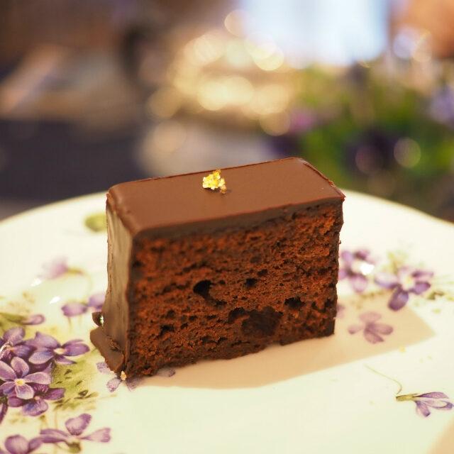 チョコレートケーキ星のサロンを代表するザッハトルテのようなチョコレートケーキ。