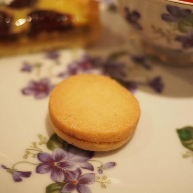 テーベッカライ バニーレこれは今回は頼まなかったから、以前食べたときのお写真。バニラのクッキーにオーストリアらしくアプリコットのコンフィチュールを挟んだもの。