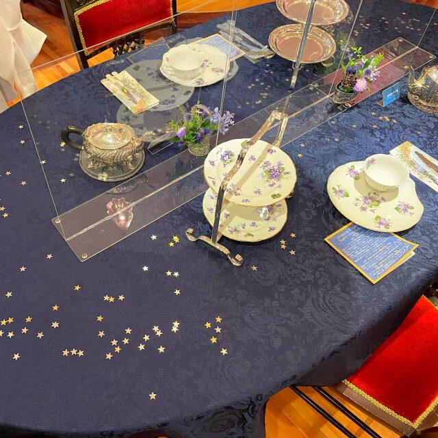 だからテーブルクロスには星がちりばめられていて
