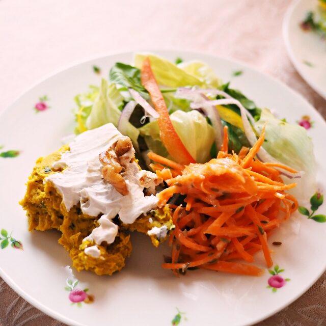 サラダは3種の盛り合わせ♪カボチャのサラダとお友達お手製のキャロットラペ、グリーンサラダ用にはラズベリービネガーとお酢を合わせたドレッシングを作りました。