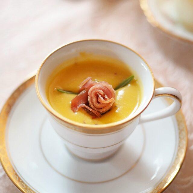 スープに生ハムの薔薇を浮かべるアイデアが可愛すぎる!!!