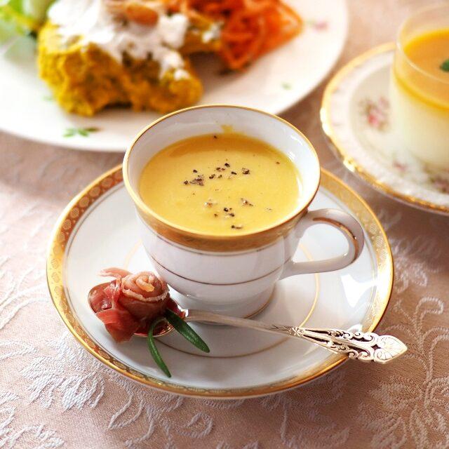 スープお友達お手製のカボチャのポタージュ生ハム添え♡バラの形の生ハムにローズマリーの葉っぱも付いてます♪