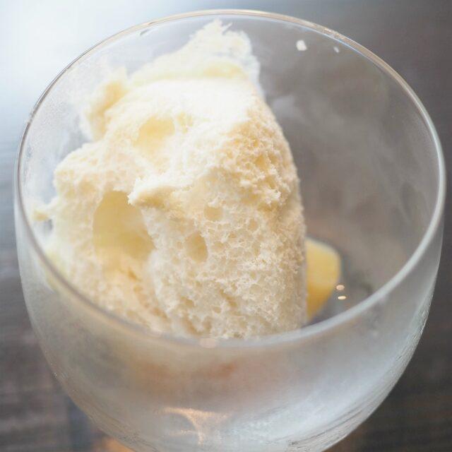 桃のコンポート上に乗っているのはアーモンドクリームのフワフワシャーベット♪口に入れたとたんなくなっちゃう(๑˃̵ᴗ˂̵)