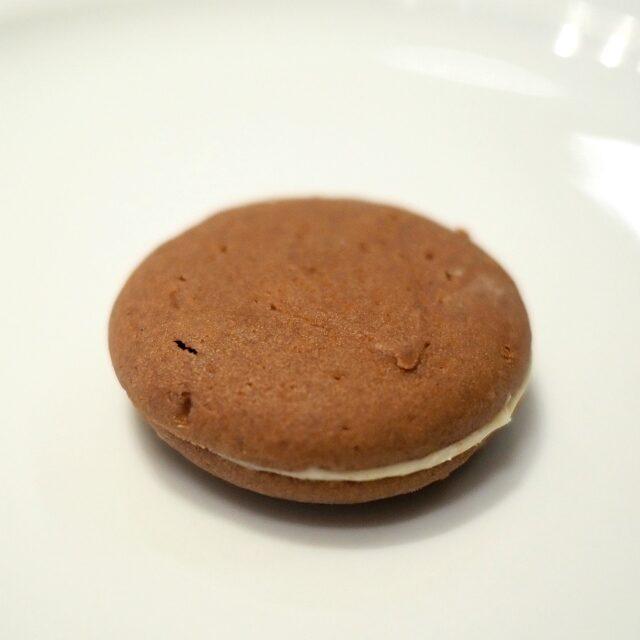 テーベッカライ ショコラ―デチョコレート生地のクッキーにホワイトチョコレートを挟んだもの。