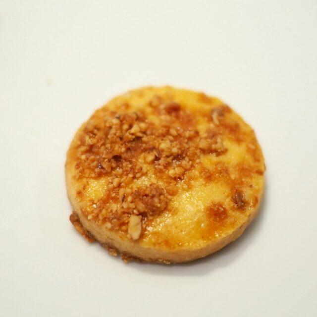 テーベッカライ マンデルンキャラメリぜしたアーモンドをバニラ風味の生地に閉じこめ、岩塩でアクセントを加えたもの。