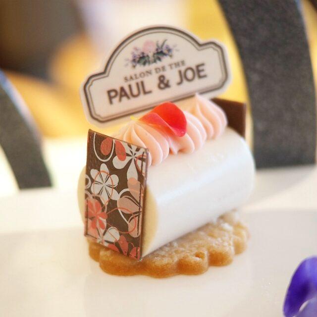 バラのムース仕立て バラのムースの上には苺風味のバタークリームが乗っています♪