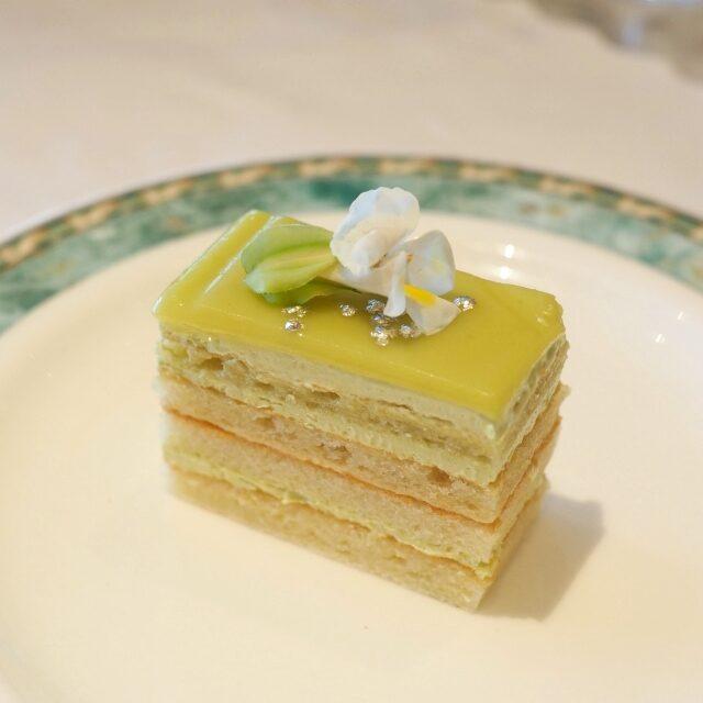 オペラピスターシュ ピスタチオの濃厚な風味のオペラ仕立てのケーキです。