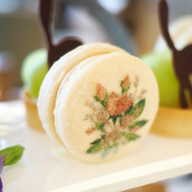 マカロン プラリネ入りバタークリームをサンドしたPAUL & JOEのロゴが可愛いマカロン