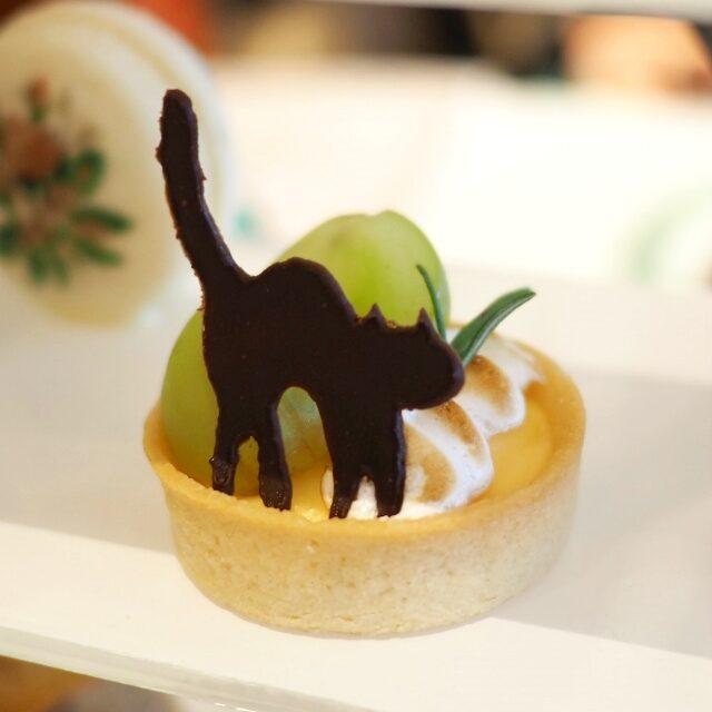 タルトシトロン シャインマスカットを添えて黒猫のチョコレートが可愛い♡
