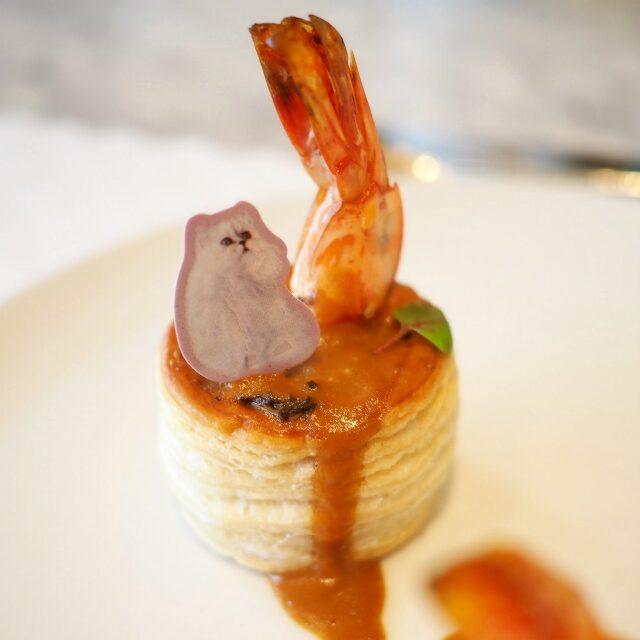 シャンピニオンドパリはパリのキノコという意味で、デュクセルはタマネギやエシャロットのみじん切りをバターで炒めたもののこと。