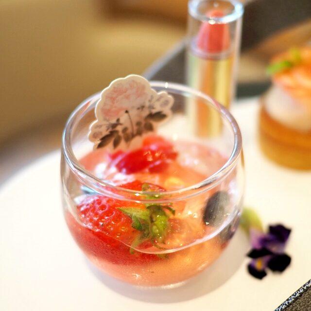 ラズベリーヴェリーヌ ラズベリームースと3種のベリー、レモンバーベナのジュレが詰まったグラスデザート