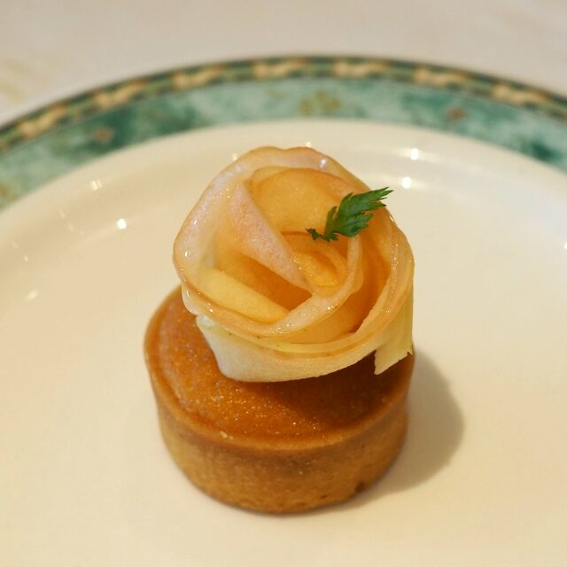 リンゴのタルトレット リンゴの薄切りをバラの花びらのように盛りつけた上品なタルト